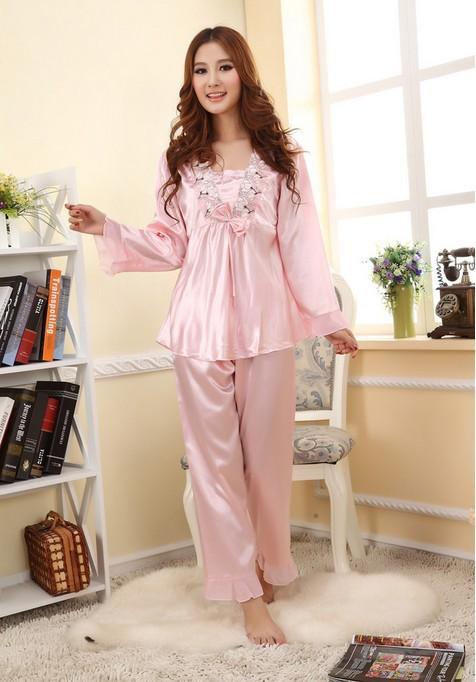 Adolescent sexy qui décolle des pyjamas