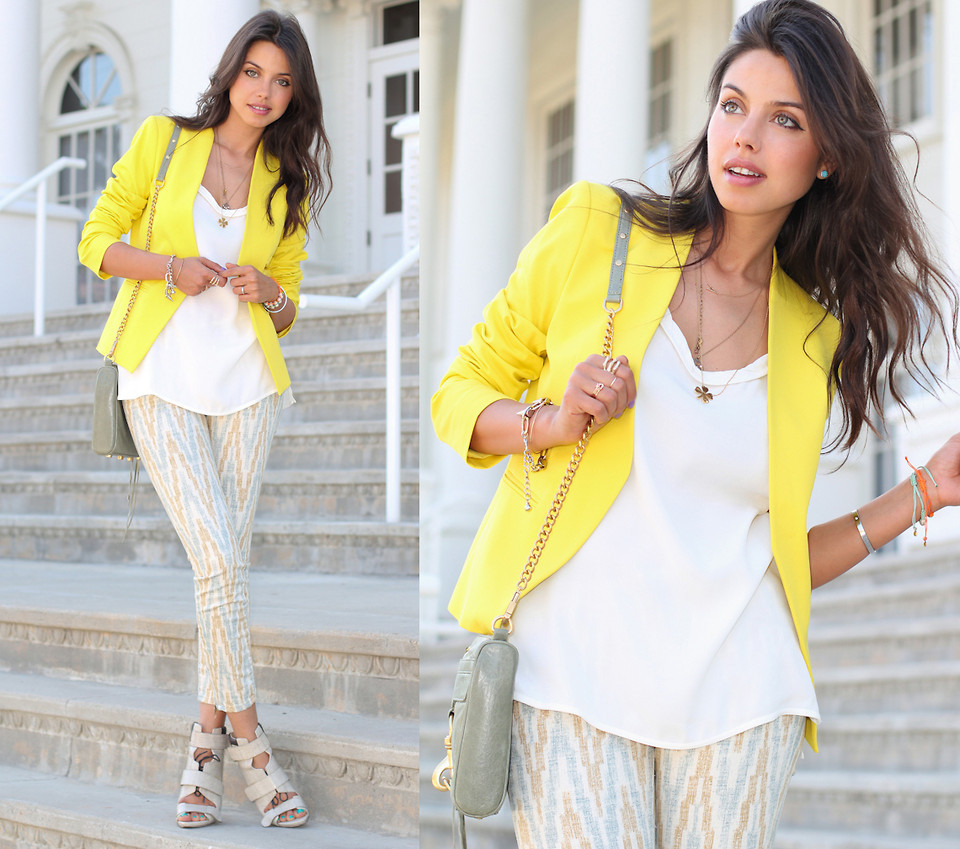 Femme a la veste jaune