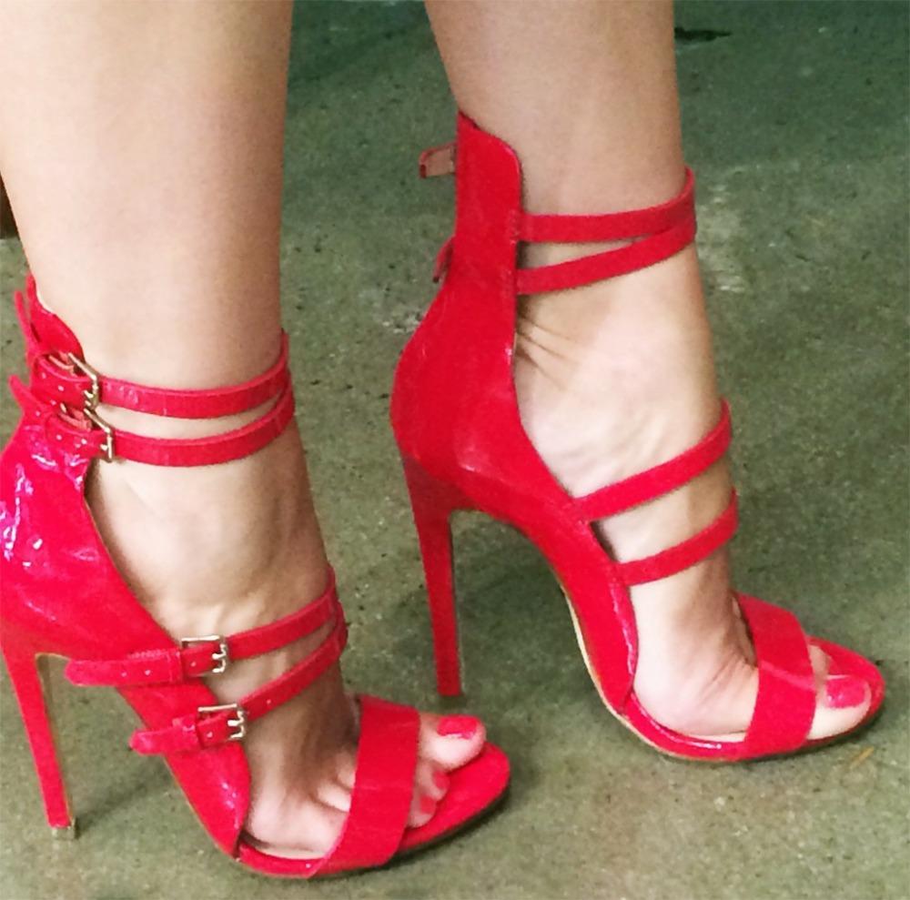 Aliexpress.com Comprar Celebrity brillante rojo azul charol sandalias de tacón de aguja cubierta de tacón fino band hebilla correa bombas vestido sizeUS10