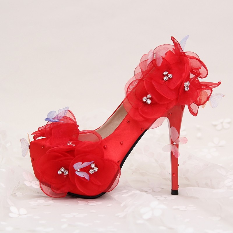 ซื้อ แต่งงานshoevWhiteผ้าไหมซาตินดอกไม้ผีเสื้อแหลมกันน้ำตารางที่มีสีแดงรองเท้าเจ้าสาวเพชรปั๊มสตรี