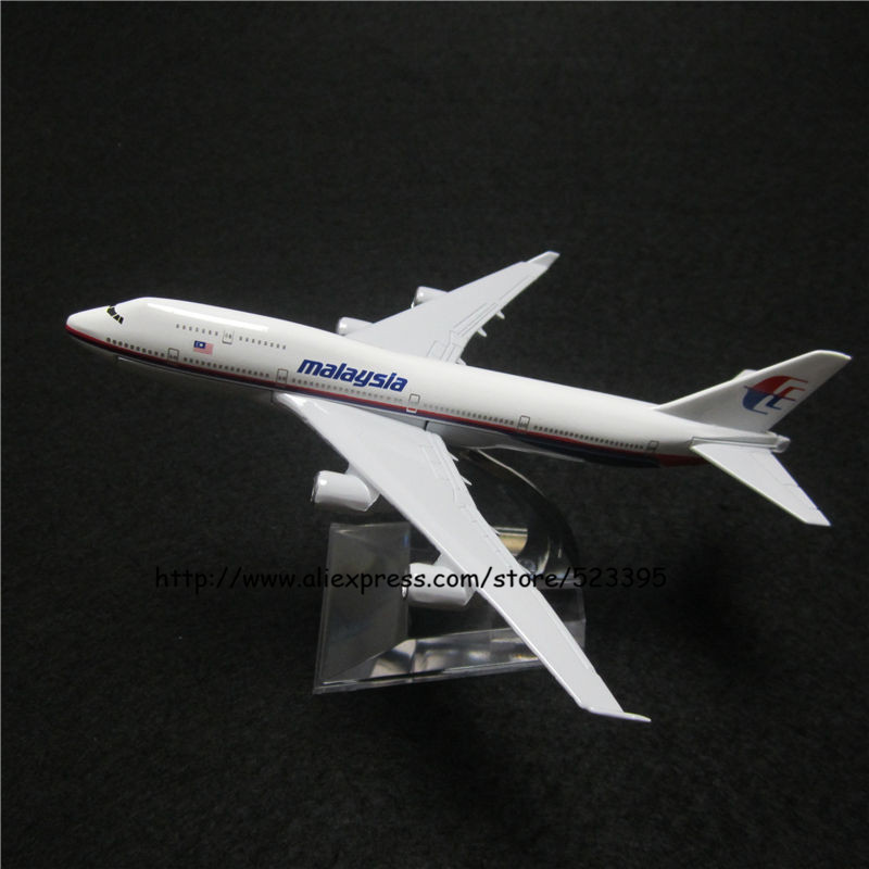 16cm Alloy Metal Airplane Model Air Malaysia Airlines Boeing 747 B747 400 Airways Plane Model W Stand Aircraft Toy(China (Mainland))