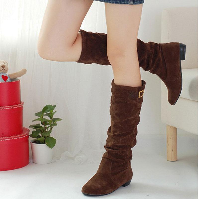 Las botas de mujer de caña alta o baja, con tacón alto, tacón medio y planas. De estilo sport o de vestir, para la nieve y para la lluvia. Compra online en El Corte Inglés.