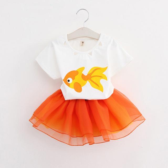 2016 новый летний мода девушки мультфильм комплект одежды детей короткий рукав мелкой рыбы рисунок футболка + юбки 2 шт. костюм