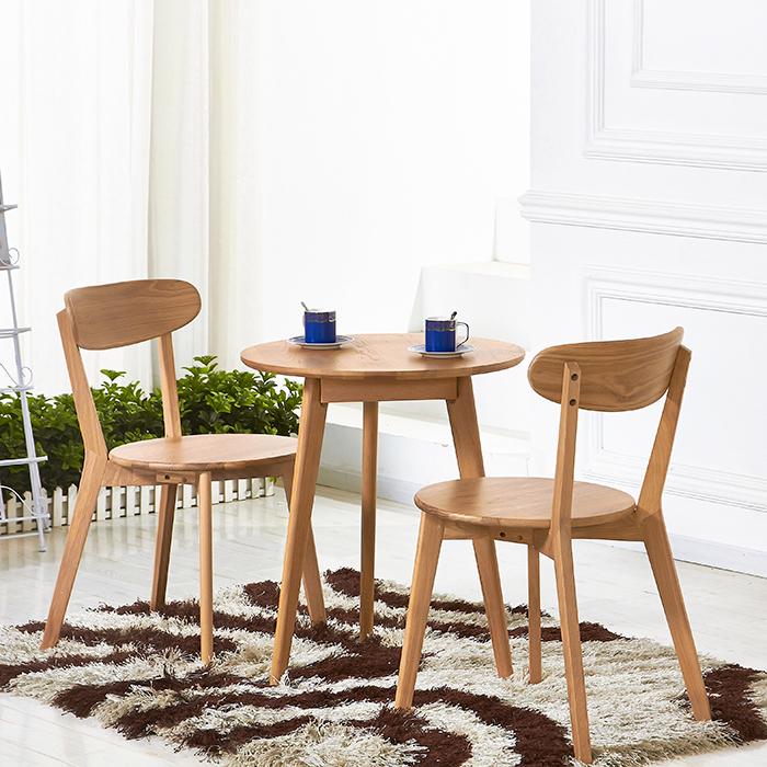 Ein runder, japanischer Tisch mit komfortablen Rückenlehnen
