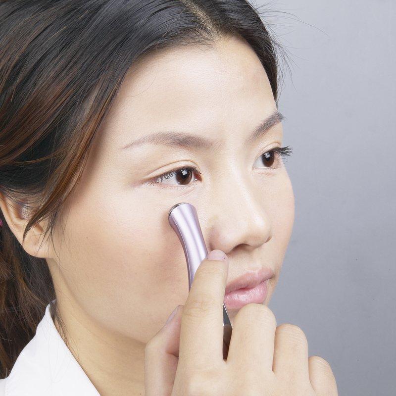 Le masque sur les yeux pour la peau sèche