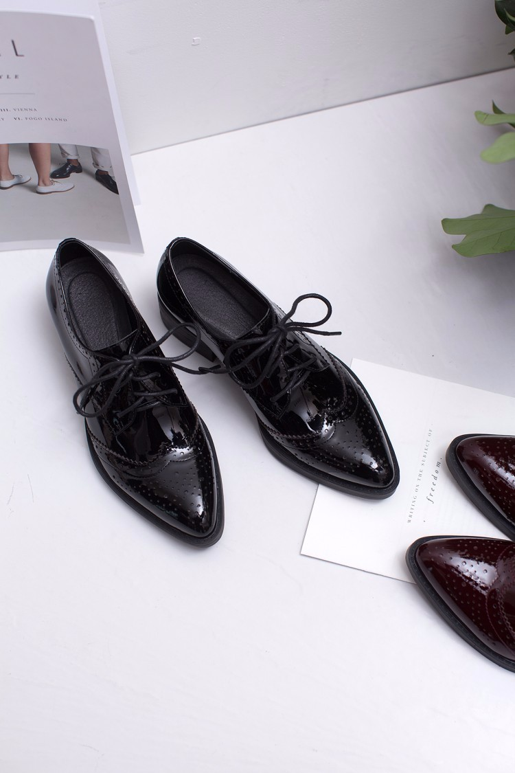 Patent leather Fretwork Vintage Flat Oxford Shoes pointed toe Woman Flats 2017 Fashion British style Brogue Oxfords women shoes