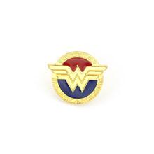 Wonder Woman spilla Classico Oro di Colore Distintivo pins Justice League Supereroe Diana Smalto spilla Spille Per Le Donne Degli Uomini del Regalo(China)