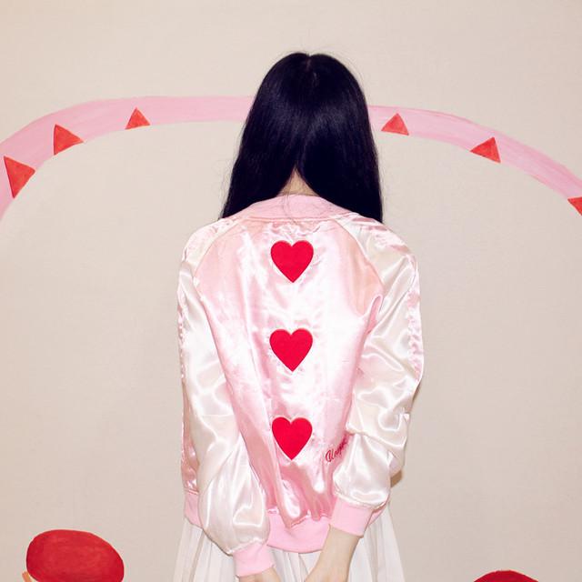 Venta caliente nuevo diseño del otoño del resorte de las mujeres prendas de vestir exteriores juguetón amor corazones bordado cremallera chaqueta de las mujeres ropa de uniforme de béisbol