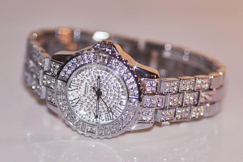 Блеск кристаллов в классическом дизайне создаст очаровательный образ, достойный восхищения.