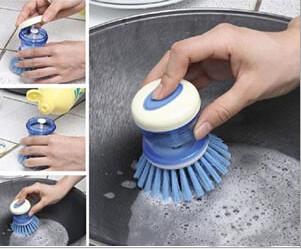 Щетка для мытья посуды с резервуаром для чистящего средства. фото