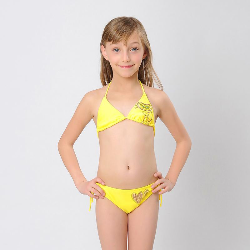 Des photos d'érotisme en maillot de bain solide