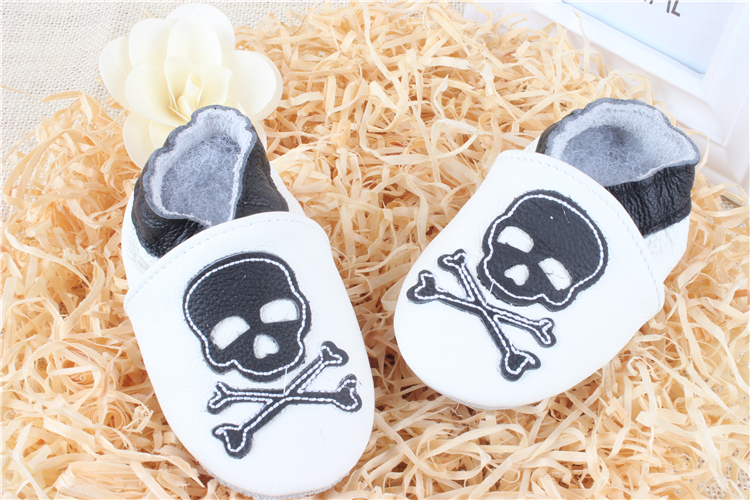 2015 new genuine leather toddler Moccasins/white CrossBones handmade Baby Shoes/Newborn Baby firstwalker moccasins ROC10042-2(China (Mainland))