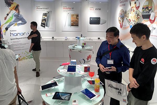 Huawei_Plaza_Sing_store_pdt_display