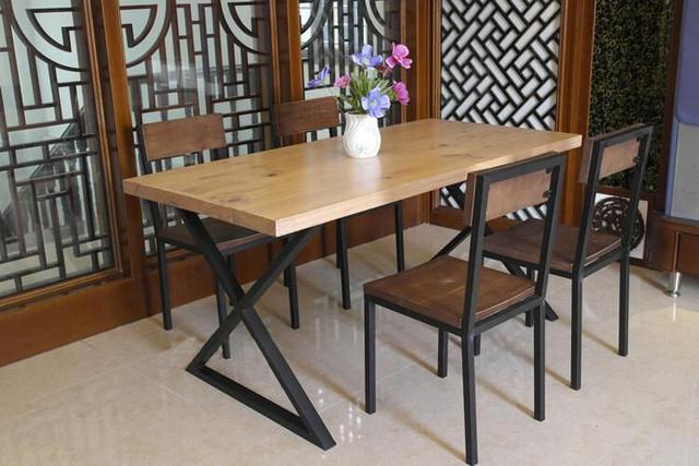 Sala de jantar pequena com mesa de madeira for Mesa de cafe pequena sala de estar