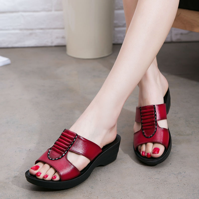 The new mom summer fashion sandals and slippers, soft-soled casual female slippers, flat slippers with big yards in the elderly(China (Mainland))