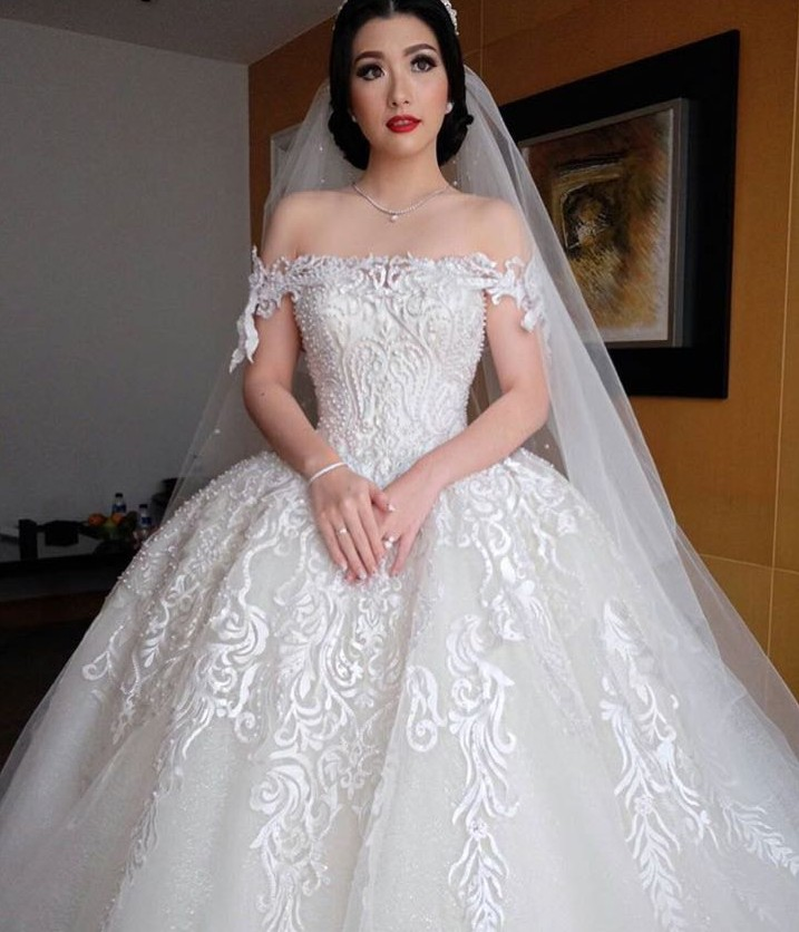 Amazing white puffy boat neck lace ball gown wedding dress for Lace wedding dress with pearls