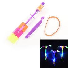 1 pz brillante rocket flash copter dell'elicottero della freccia luce al neon del led incredibile elastico alimentato led flash rotante volante della freccia giocattolo(China (Mainland))
