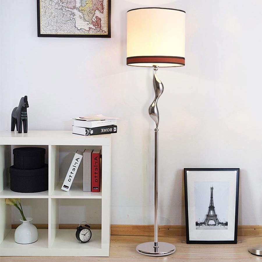 Lampade da terra per salotto mobili soggiorno sollevati for Lampada da terra per camera da letto