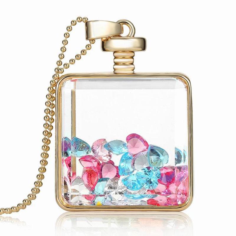 Die Halskette in einer anderen Variante, mit rosa und grünen Kristallen