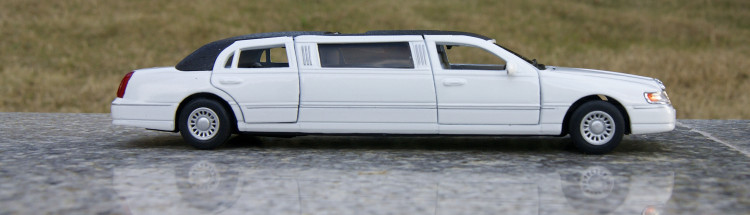 "1:38 Long Lincon Limousine 7"" Die cast Metal Scale Car Model Vehicle Car Toys(China (Mainland))"