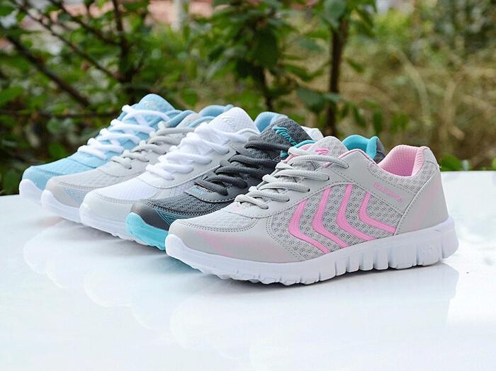 воздухопроницаемые женские кроссовки для спорта и отдыха.