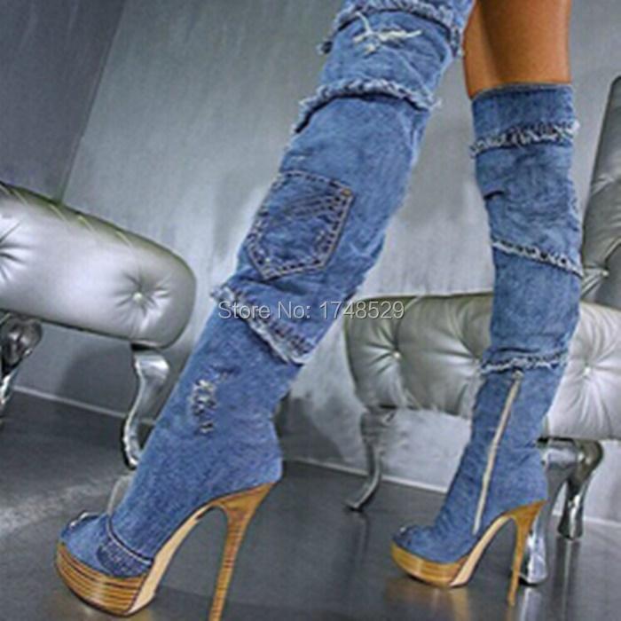 Chica sexy caliente gatea sobre las rodillas