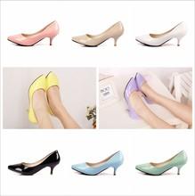 Zapatos mujer marca 2015 doce cor OL branco dedo apontado sapatos femininos de couro japanned de salto med saltos finos casaual bombas(China (Mainland))