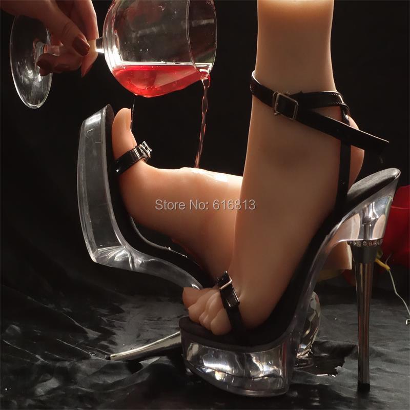 gospozha-lizat-nogi