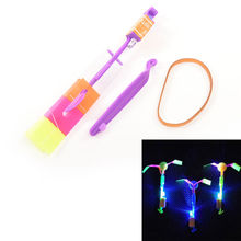 1 PZ Brillante Rocket Flash Copter Dell'elicottero della Freccia Al Neon Ha Condotto La Luce Incredibile Elastico Alimentato LED Flash Rotating Volare Arrow Giocattolo(China (Mainland))