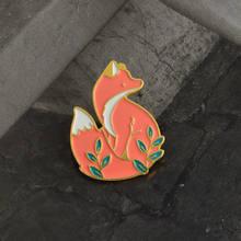 Emas Perak Merah Rubah Di Rumput Enamel Jarum Bros Denim Jaket Jarum Gesper Kaus Lencana Kartun Hewan Perhiasan Hadiah untuk anak-anak Teman(China)