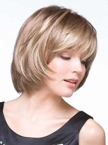 Стрижка каскад для круглого лица с челкой на короткие волосы