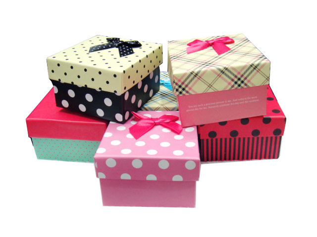 Как упаковать маленький подарок в большую коробку