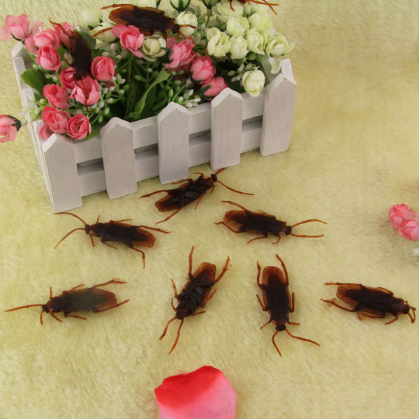 100 pcs/lot Novelty Kid Joke Toy Teaser Product Halloween April Fools' Day Game Prank Gift Zombies Plastic Cockroach j200(China (Mainland))