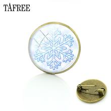 Tafree Kepingan Salju Natal Bros Latar Belakang Merah Pin Selamat Tahun Baru Perunggu Berlapis Lencana Kaca Cabochon Permata Perhiasan B071(China)
