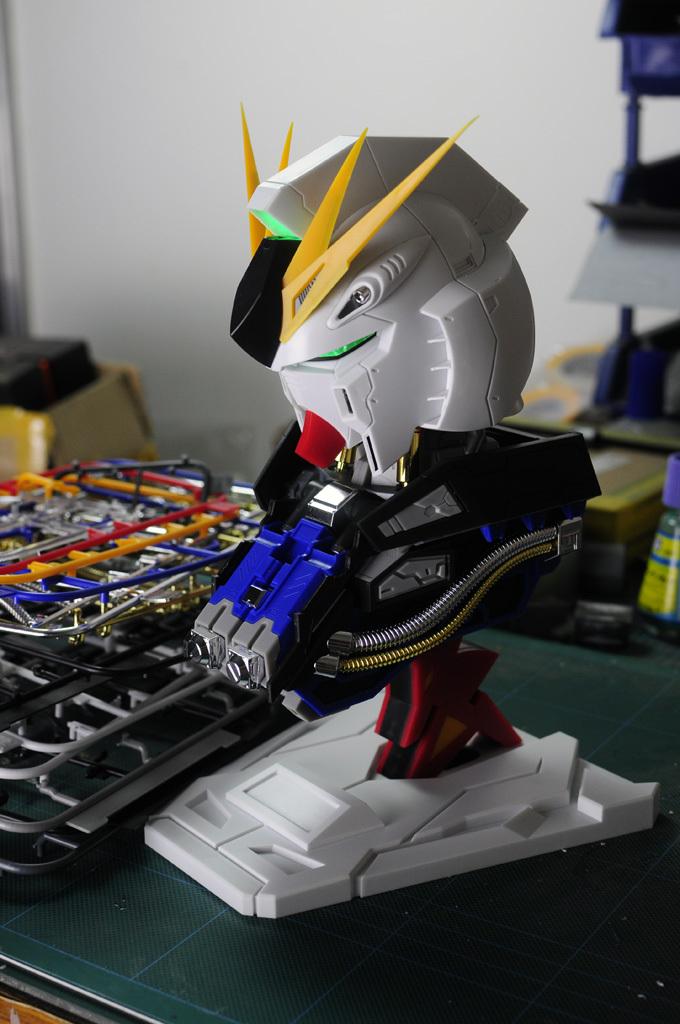 Free shipping / Spot /2015 new /MagicToys model /Assembled model/1/35 RX-93 Hi-V Nu Gundam avatar model/ with light/head bracket(China (Mainland))