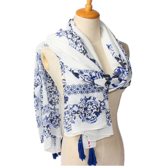 2016 новое поступление зима мода женщины белый и голубой цветок-печатные богемия национального ветра длинные кисточки шарф мода платки