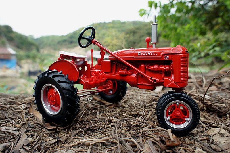 Farmall B Tractor Case previous metallic farm automobile simulation mannequin toy US ERTL 1:16