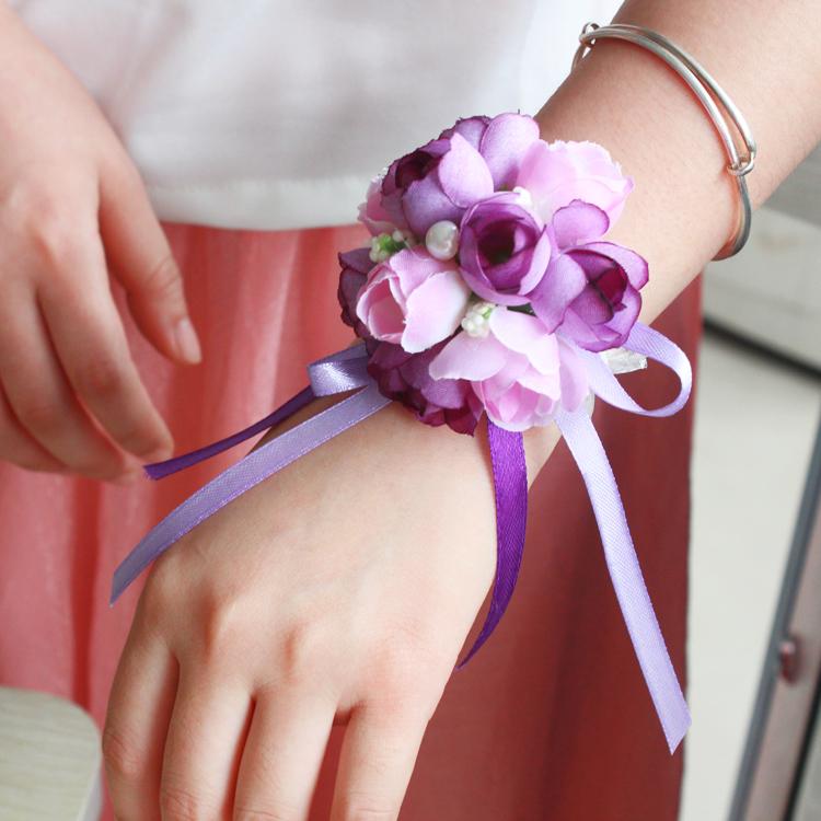 На руку лента из цветов для свадьбы