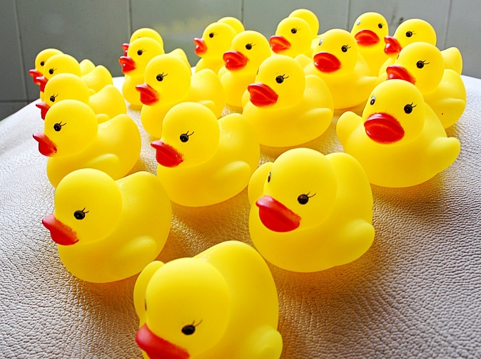 Wholesale Rubber Ducks Baby Shower Toy Toddler Bath Bi Bi Sounds Dabbling Toy Kids Beach Toys Promotion Gifts 1000pcs/lot(China (Mainland))