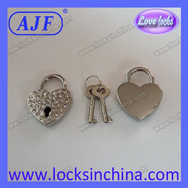 30mm Czechic rhinestone heart shape lock,nice as a gift or adornment.It's a real key lock.(China (Mainland))