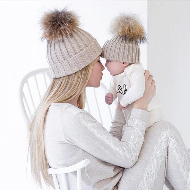 Мама и Ребенок Соответствия Вязаные Шапки Теплый Флис Внутри Шапочка шляпы Зима Норки Мех Енота Дети Дети Мама Головные Уборы Шляпа Caps