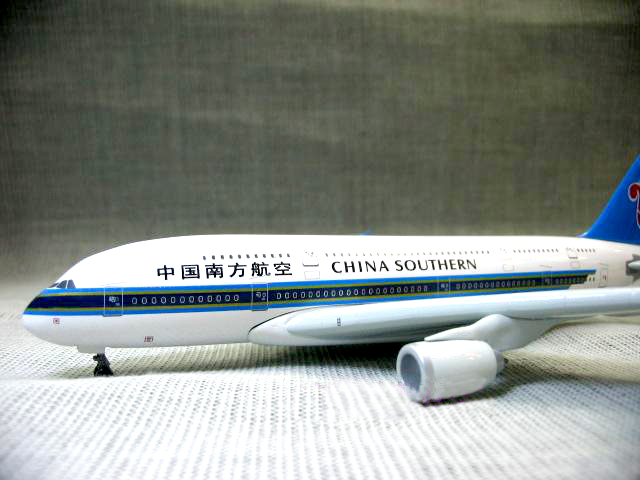 Original DW OEM 1:400 Southern Airlines Airbus A380 aircraft model DW white box packing toys for children helicopter models(China (Mainland))