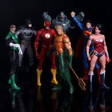 Anime Figura Superheroes Batman Lanterna Verde o Flash Superman Mulher Maravilha Figuras de Ação PVC Crianças Brinquedos Bonecas Modelo 17 cm(China)