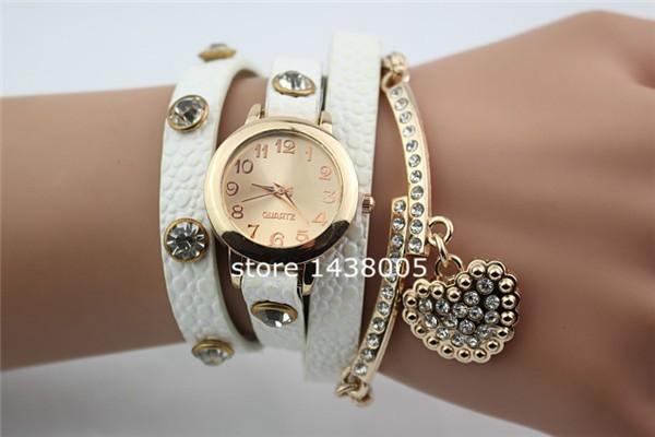 Часы женские с белым ремешком и подвеской сердце фото