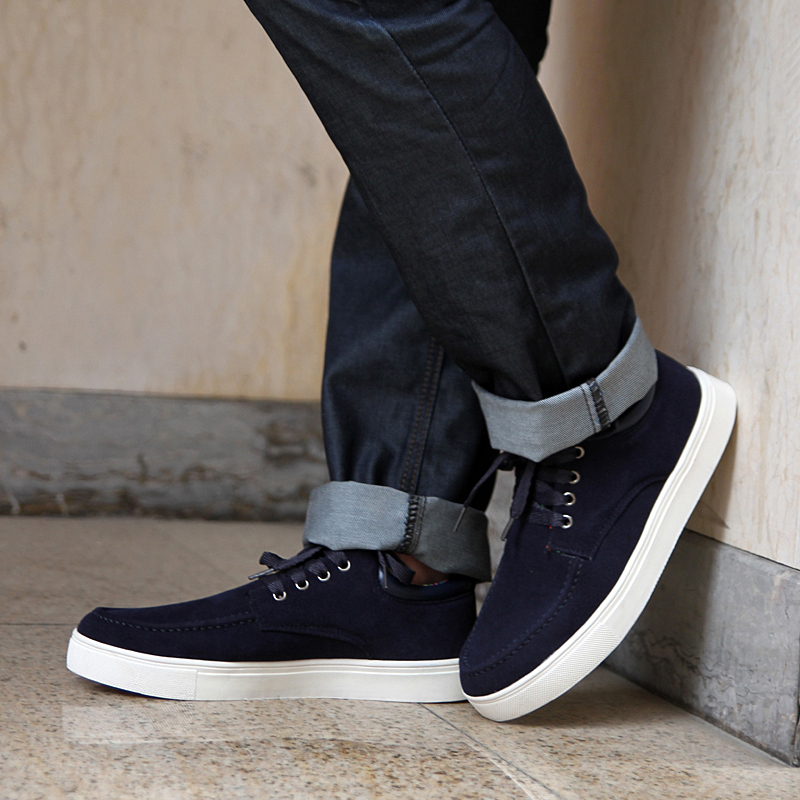 From designer sneakers to boat shoes, casual shoes are the go-to option for many guys. Pairing casual men's shoes with the right jeans can bring your style to new heights while maintaining your comfort level. If shoes are a neutral color, choose jeans featuring darker .