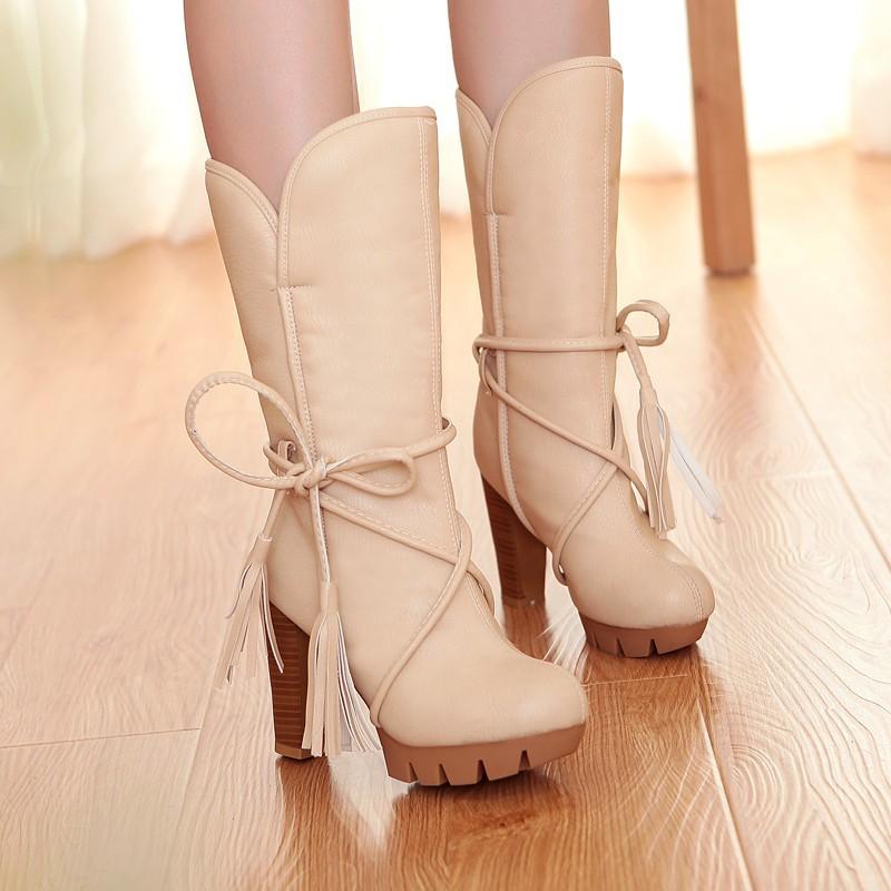Сапоги бежевые зимние со шнуровкой и высоким каблуком. фото