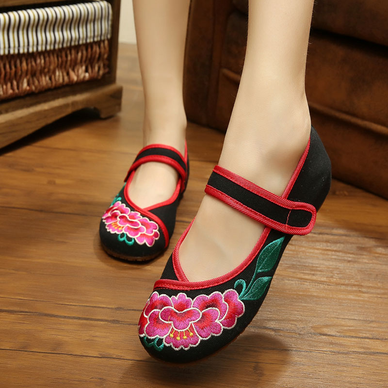 Women's Shoes Chinese Style Old Peking Shoes Flat Heel with Embroidery Soft Sole Casual Dancing Shoes Plus Size 41(China (Mainland))