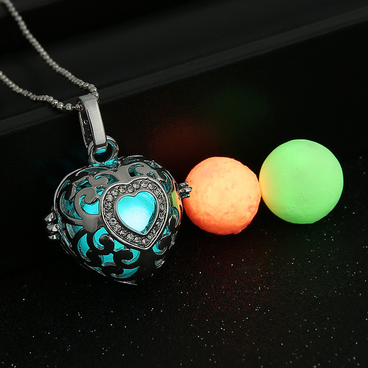 Magic Locket Hollow Heart Glow in the Dark Oil Diffuser Necklace Pendant Charms(China (Mainland))