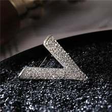 Nuova lettera V tipo di Donna Spilla di Strass Pieno di lustro oro argento spille da sposa di lusso(China)