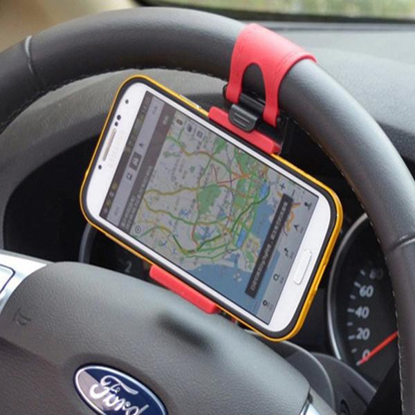 За рулем в дороге, благодаря держателям телефон удобно расположен перед вам